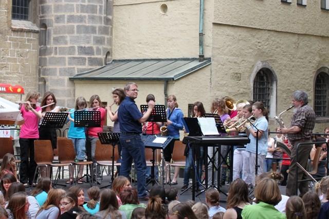 Die Bläsergruppe eröffnet das Schulfest 2011.