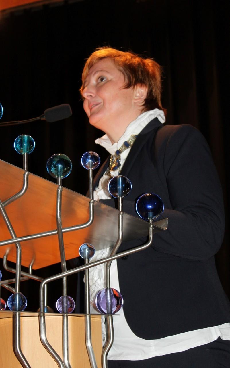 Frau Scharm kündigt die ehemaligen Schülerinnen an
