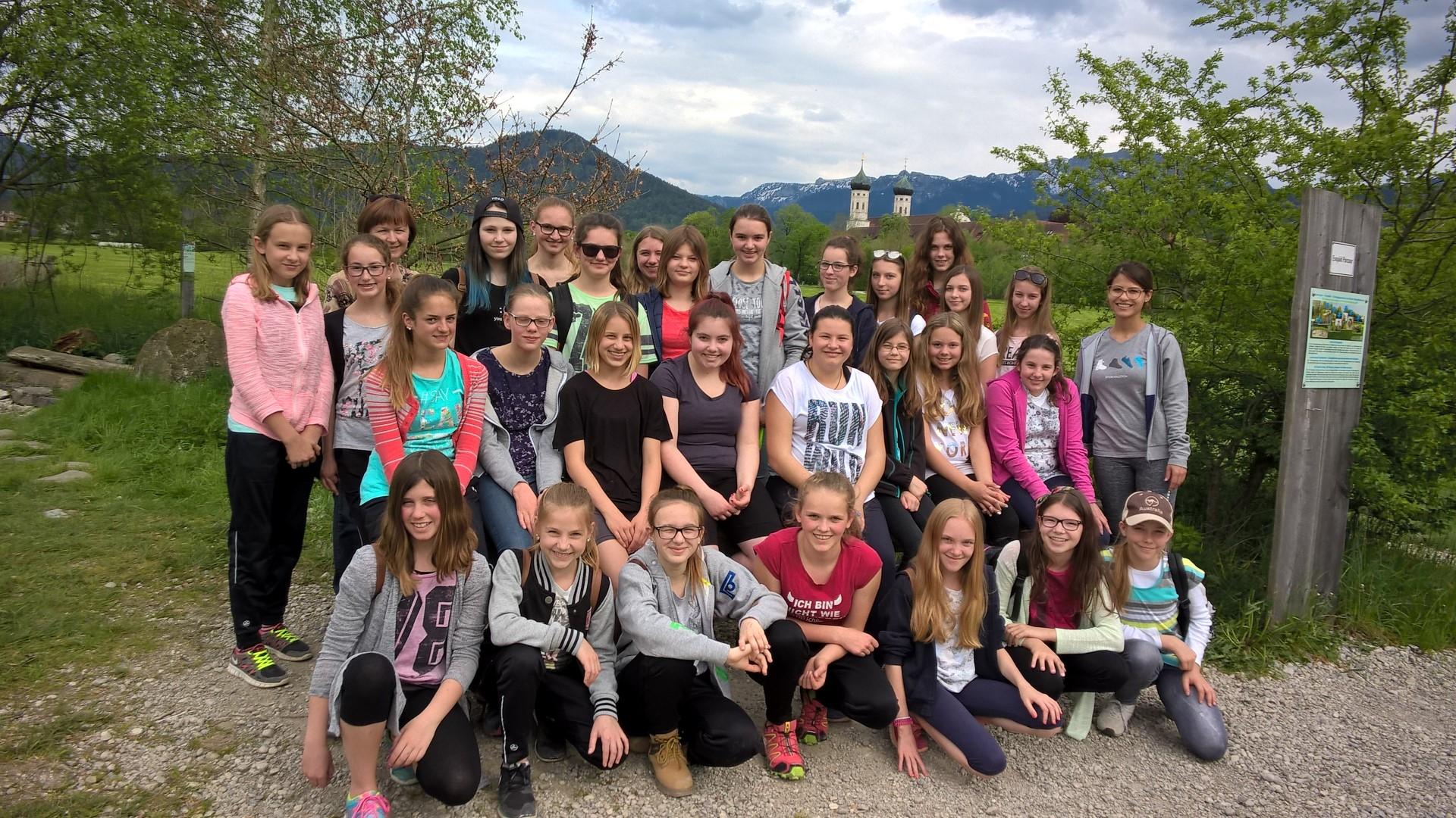 Die Klasse 7A -  mit Blick auf das Kloster und die Benediktenwand