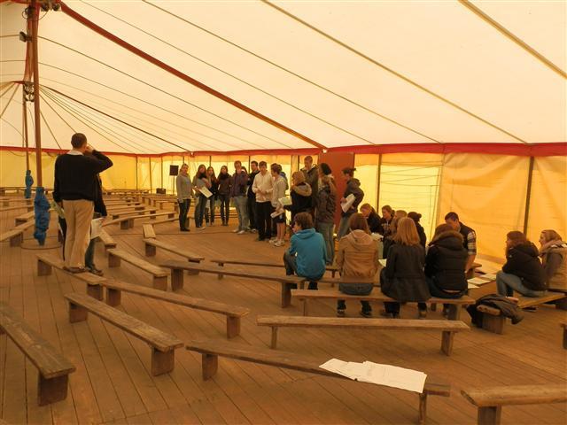 Gemeinsam mit den Schülern des Goethe Gymnasiums werden wir in Gesprächsgruppen eingeteilt.