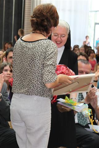 Frau Schuster überreicht Geschenke.