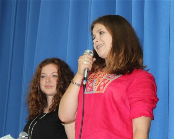 Unser adrettes Moderatorenpärchen Anna Braun und Viktoria Pluskota!