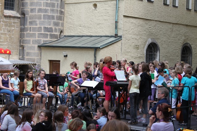 Chor der 5./6 Klassen und Kammermusikgruppe geben drei Stücke zum Besten.
