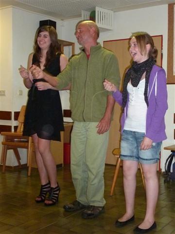Bunter Abend: Betreuer Manfred rappt mit Katrin und Anna-Lena