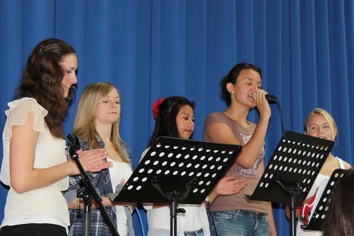Die Schulband der 10. Klassen gibt bei ihrem letzten Auftritt noch einmal Vollgas.