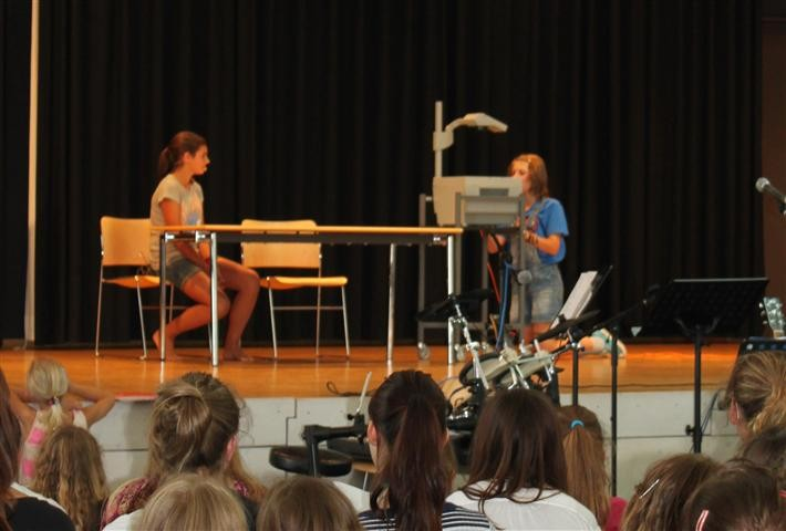 Leonie Kerl und Anne Meixner haben für Sr. Eugenia und Herrn Kerzel ein Rollenspiel vorbereitet.