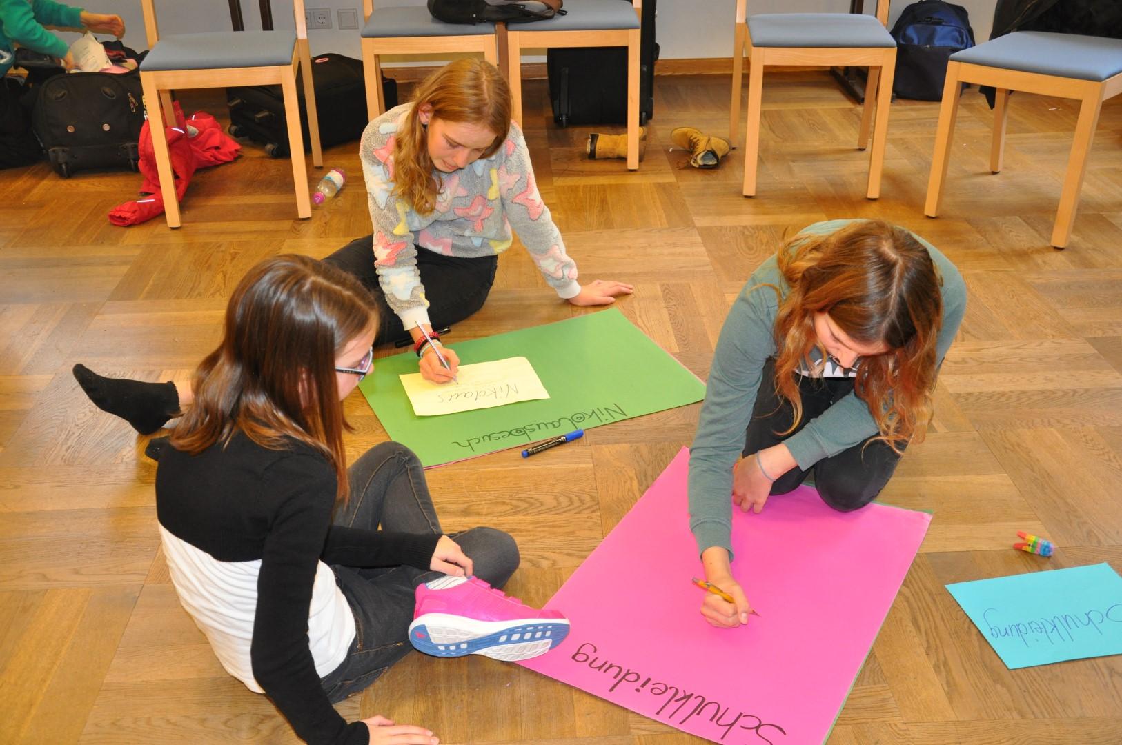 Die Schülerinnen planen die Aktionen für dieses Schuljahr
