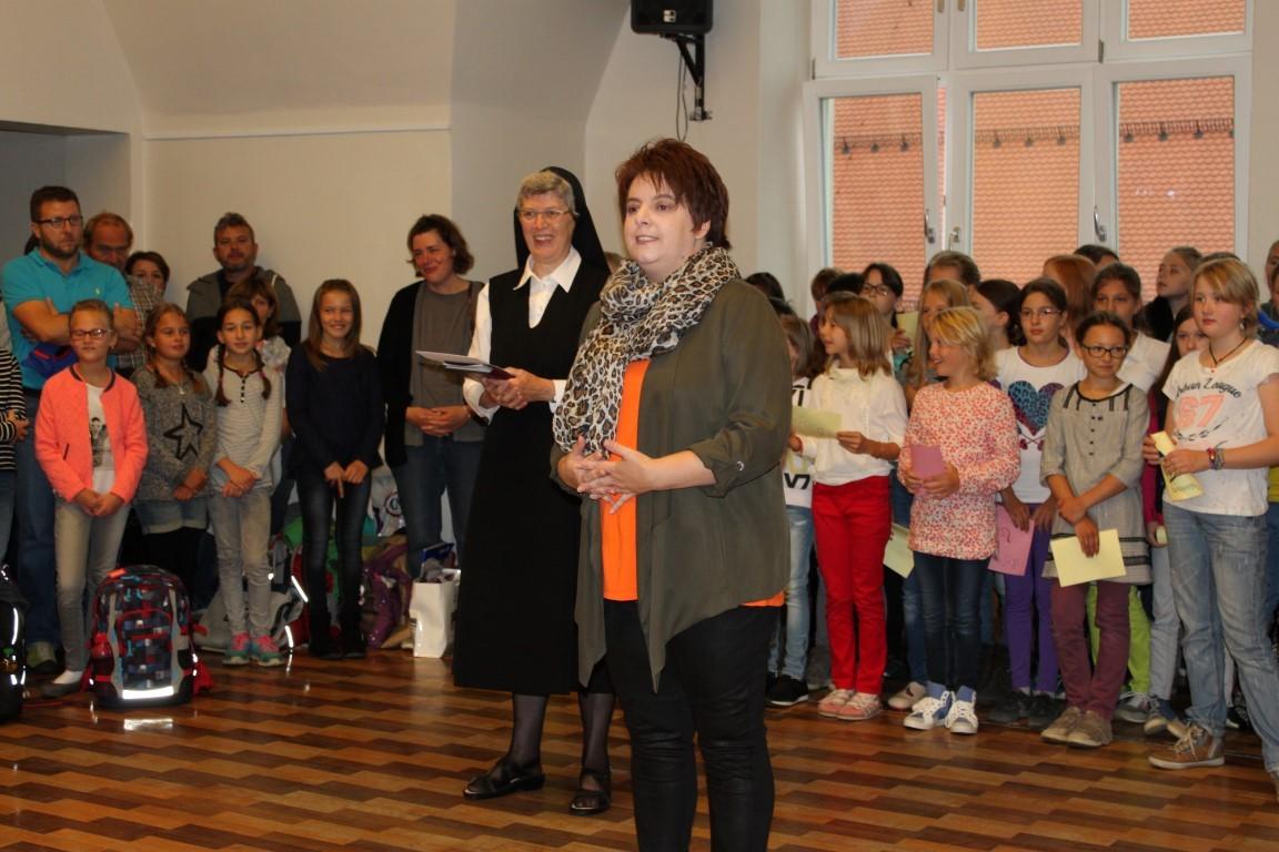Elternbeiratsvorsitzende Frau Stang lädt zum Elterncafé ein.