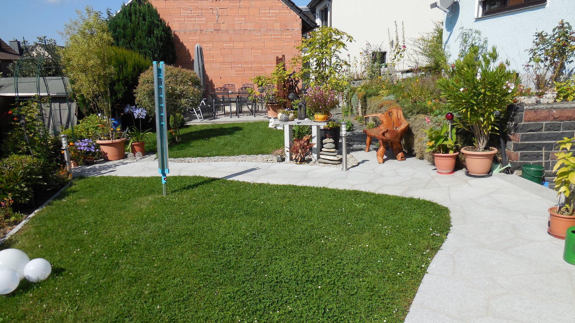 Naturstein Gartenweg mit Teakholzbank