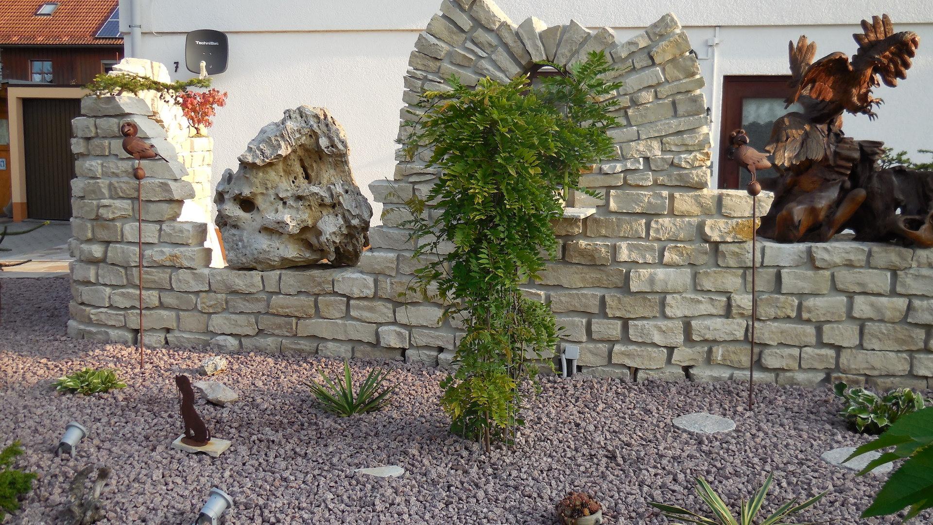 Naturstein Ruine mit Teakholzschnitzereien