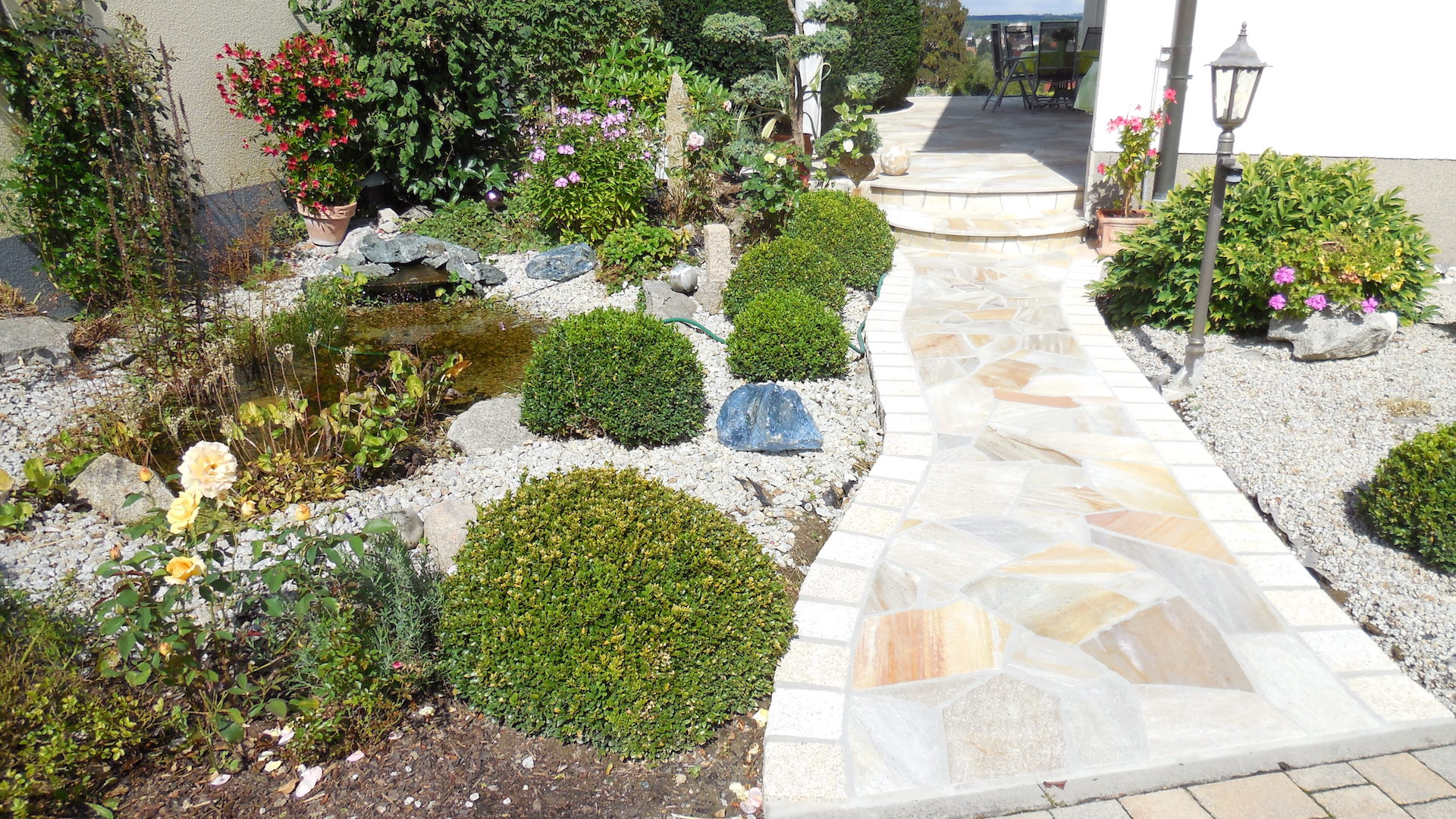 Naturstein Gartenweg mit Individueller Gartengestaltung