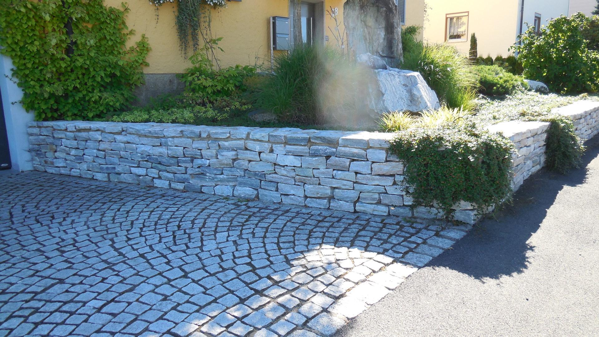 Eingangsbereich mit Natursteinmauer