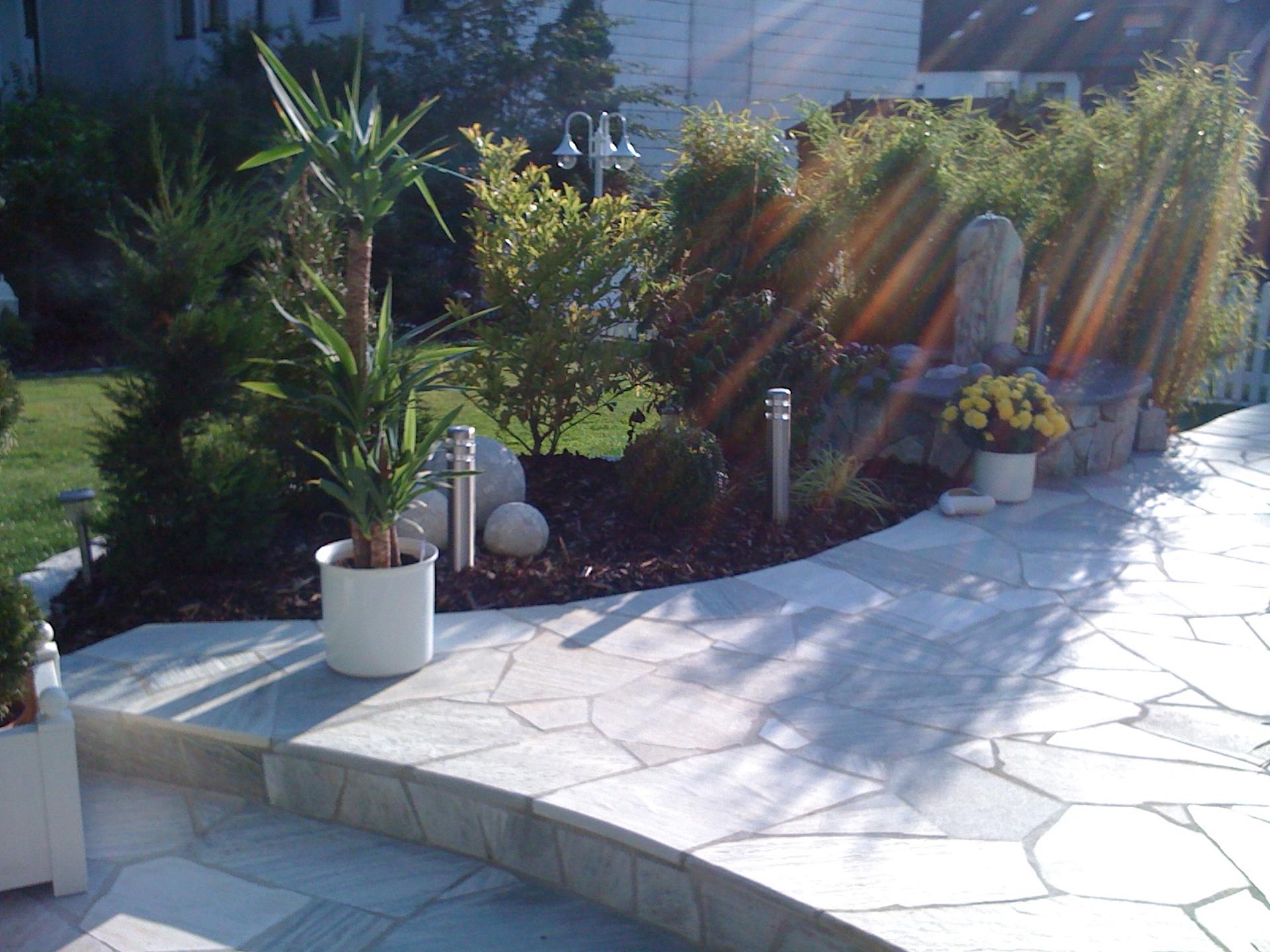 Steintreppenaufgang mit kreativer Gartengestaltung