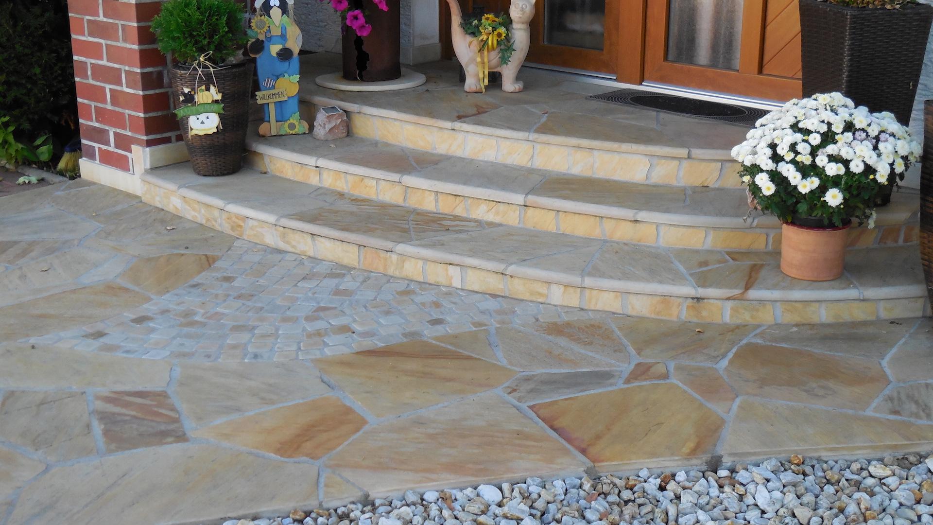 Naturstein Eingangsbereich - Polygonalverlegung mit Kleinpflaster