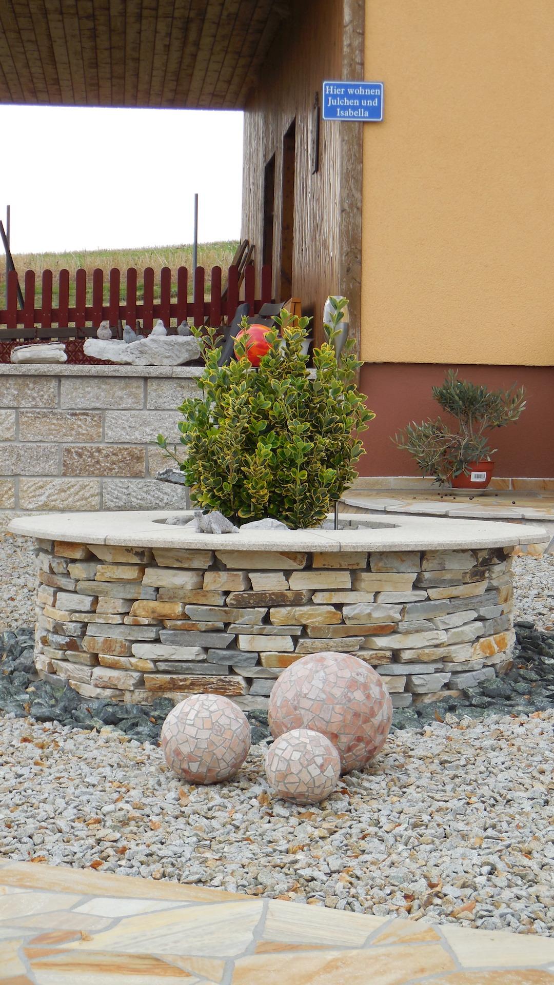 Steinbrunnen mit Mosaikkugeln