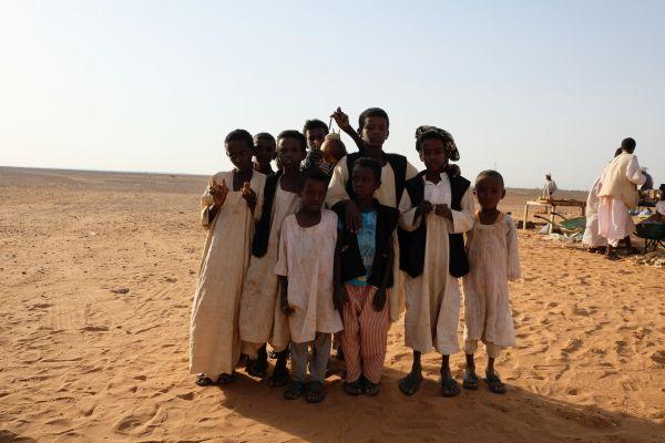 die Kinder an den Meroe Pyramiden