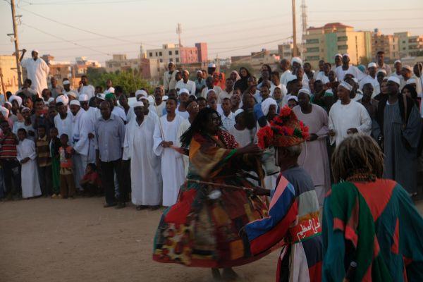 ...im Sudan eine lange tradition und noch heute treffen sich die Menschen am Freitag zu hunderten vor dem Mausoleum