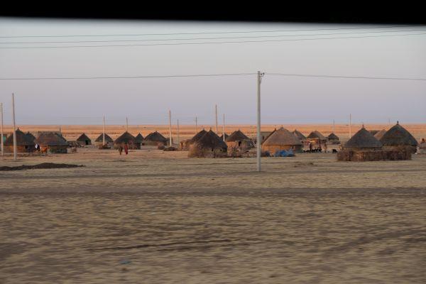 in den Dörfern leben die Menschen größtenteils in kleinen Holzhütten