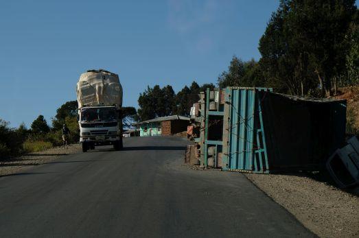 ein übliches Bild in Äthiopien - die LKW Fahrer sind verrückt