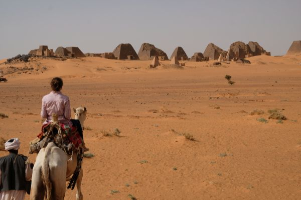 mittlerweil klappt es auch alleine auf dem Kamel :)