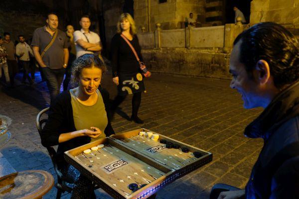 Jeder spielt Backgammon