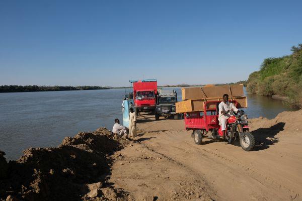 Koka Autofähre - die einzige Möglickhkeit innerhalb von 400 km den Nil zu überqueren - Autos, Motorräder, Kühe und esel sind willkommen :)