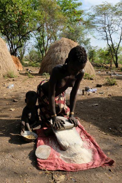 Mursivillage: die Mursi ernähren sich fast ausschließlich von Mais