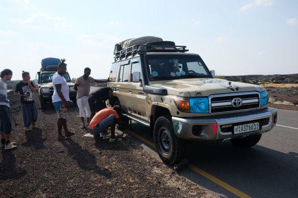 auf dem Weg in die Danakil - unsere 1. Reifenpanne - zum Glück nicht mit unserem Wagen