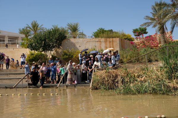 viele Christen kommen aus aller Welt um im Jordan getauft zu werden