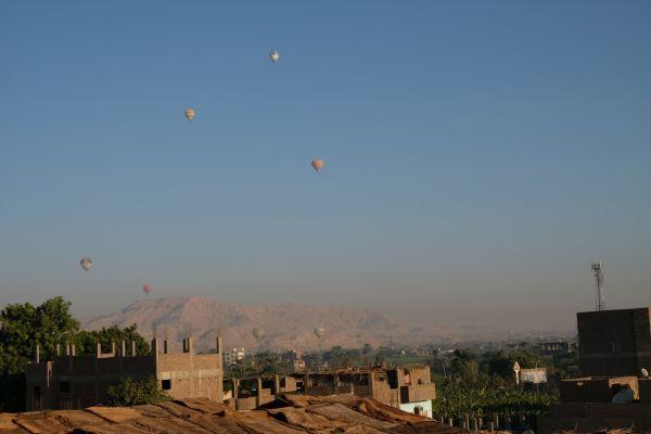 Heißluftballone bei Sonnenaufgang in Luxor