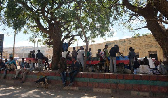 Dire Dawe - ein typischhes Bild in Ätiopien- sogar im kleinsten Dorf wird gekickert