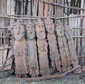 Holzstele - die für die verstorbenen geschnitzt werden