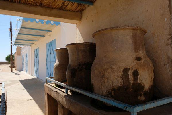im Sudan gibt es oft als einzige Trinkwasserzufuhr Tonkrüge, selbst in der Hauptstadt Khartoum
