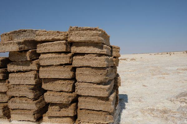 in der Danakil wird durch die Afar auf traditionelle Weise Salz abgebaut und mit Kamelkarawanen abtransportiert