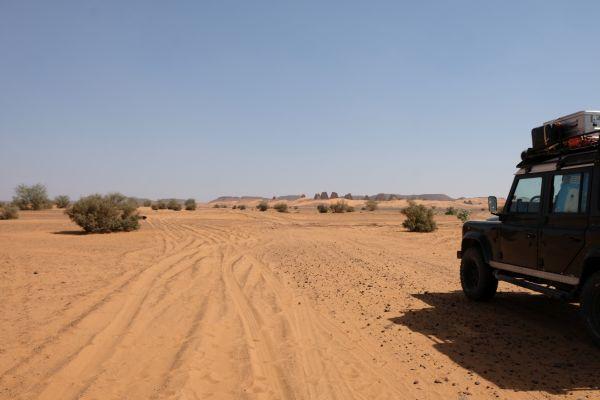 der Sudan hat uerwartet gute straßen von Stadt zu Stadt aber fährt man ab sieht die Straße so aus