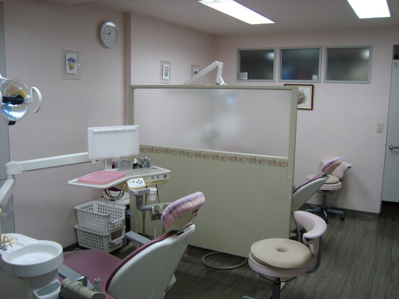 診療室。診療台は2台だけの小じんまりしたクリニックです。