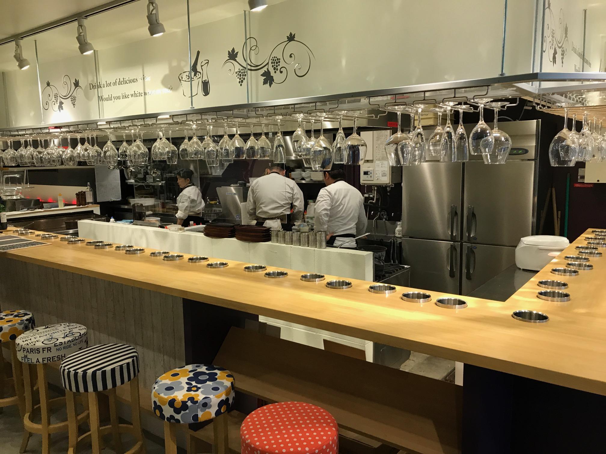 ゴム・パイン集成材のカウンター・テーブル天板 厨房の様子