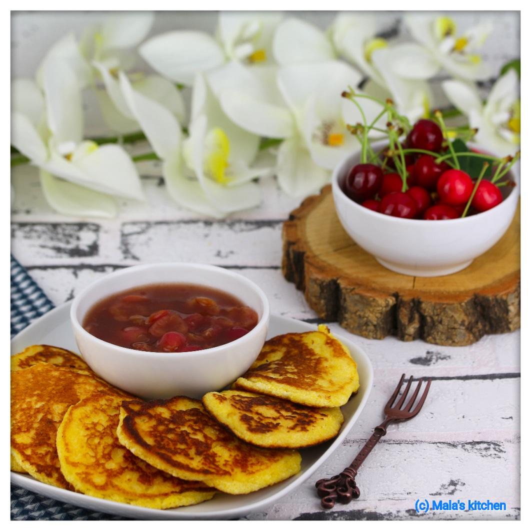 Polenta-Pancakes mit Kirschkompott