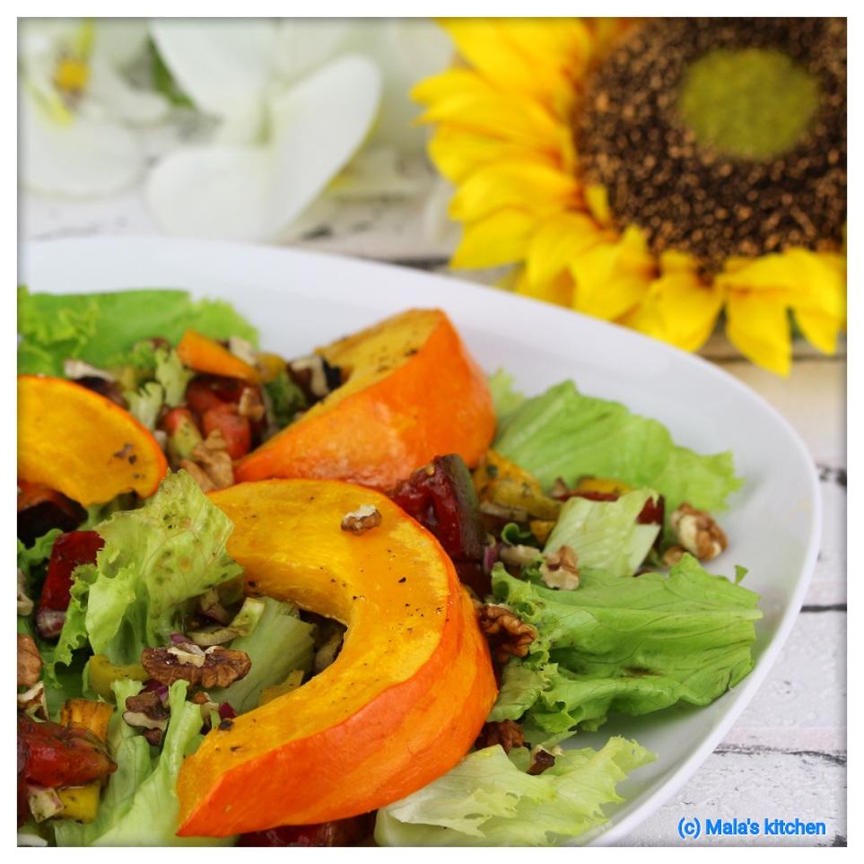 Salatteller mit Tomaten, Paprika und Ofenkürbis