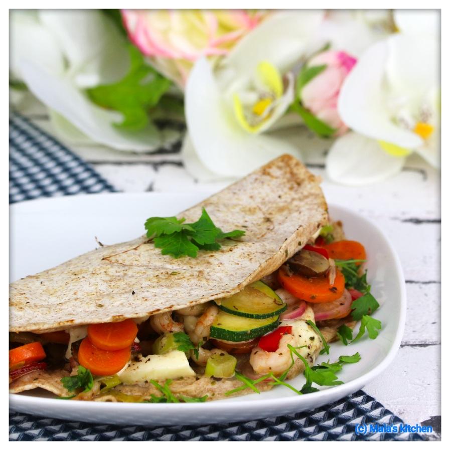 Vollkorntortilla mit Gemüse, Shrimps und Mozzarella