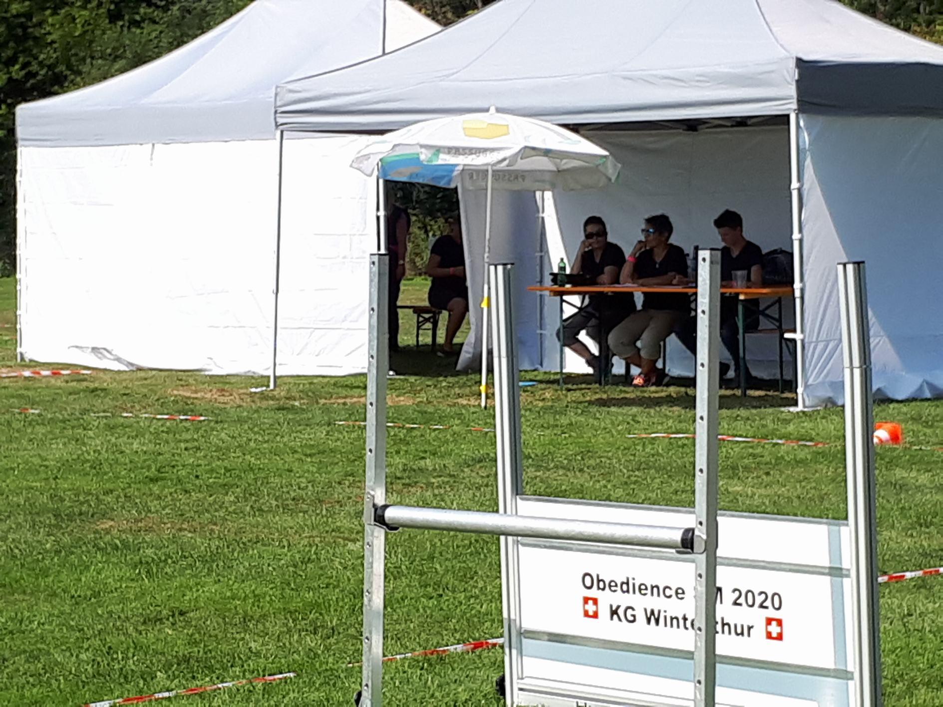 Es war heiss im Zelt für die Helfer!