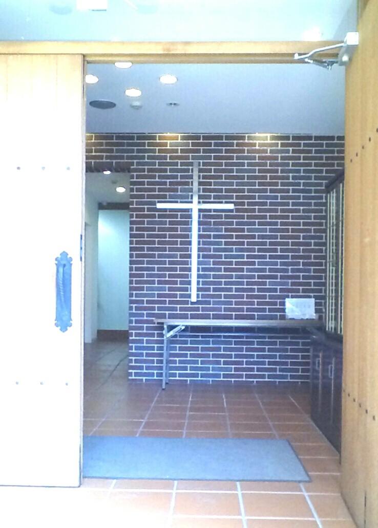 扉を開けると、十字架が置かれています。