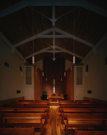 クリスマスの燭火礼拝では、このように灯りをすべて消します。
