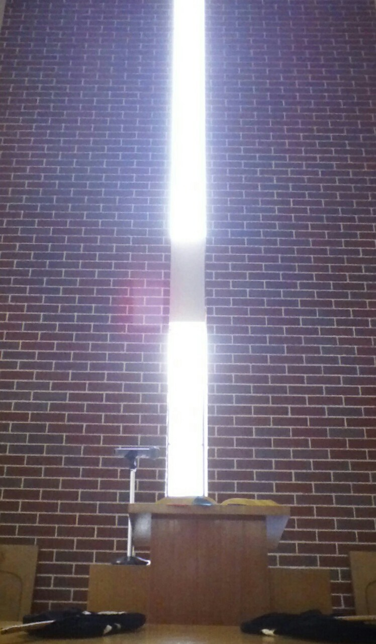毎週日曜日の礼拝では窓から入る光がとてもきれいです。