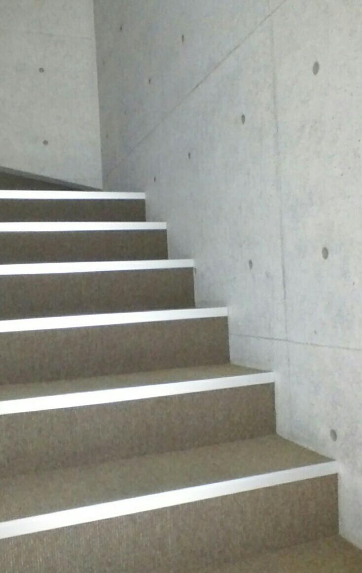3階へは階段をご利用ください。