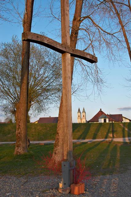 Donaukreuz: Ein Zeichen des Widerstandes ist das sechs Meter hohe Kreuz, dessen Querbalken geschwungen wie eine Welle ist. Seit 16 Jahren an jedem letzten Sonntag im Monat beten hier am Donaukreuz Menschen für den Erhalt der frei fließenden Donau.