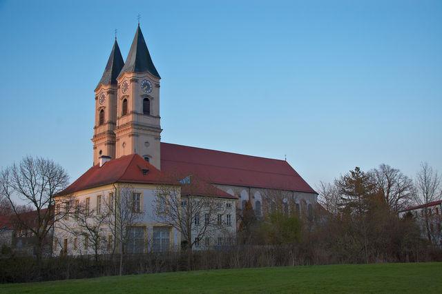 Bei einer Fahrt auf der Donau mit dem Schiff oder von der nahen Autobahn aus sind die beiden Kirchtürme des Klosters schon von Weitem sichtbar.