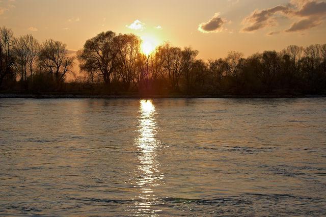 Bei einer Wanderung an der Donau am Samstagabend konnte ein traumhafter Sonnenuntergang beobachtet werden.