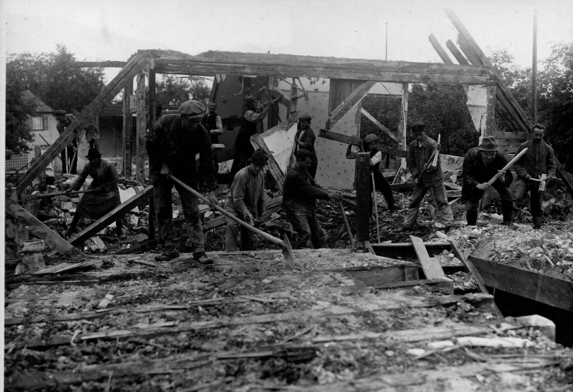 Abbrucharbeiten an den zerstörten Häusern