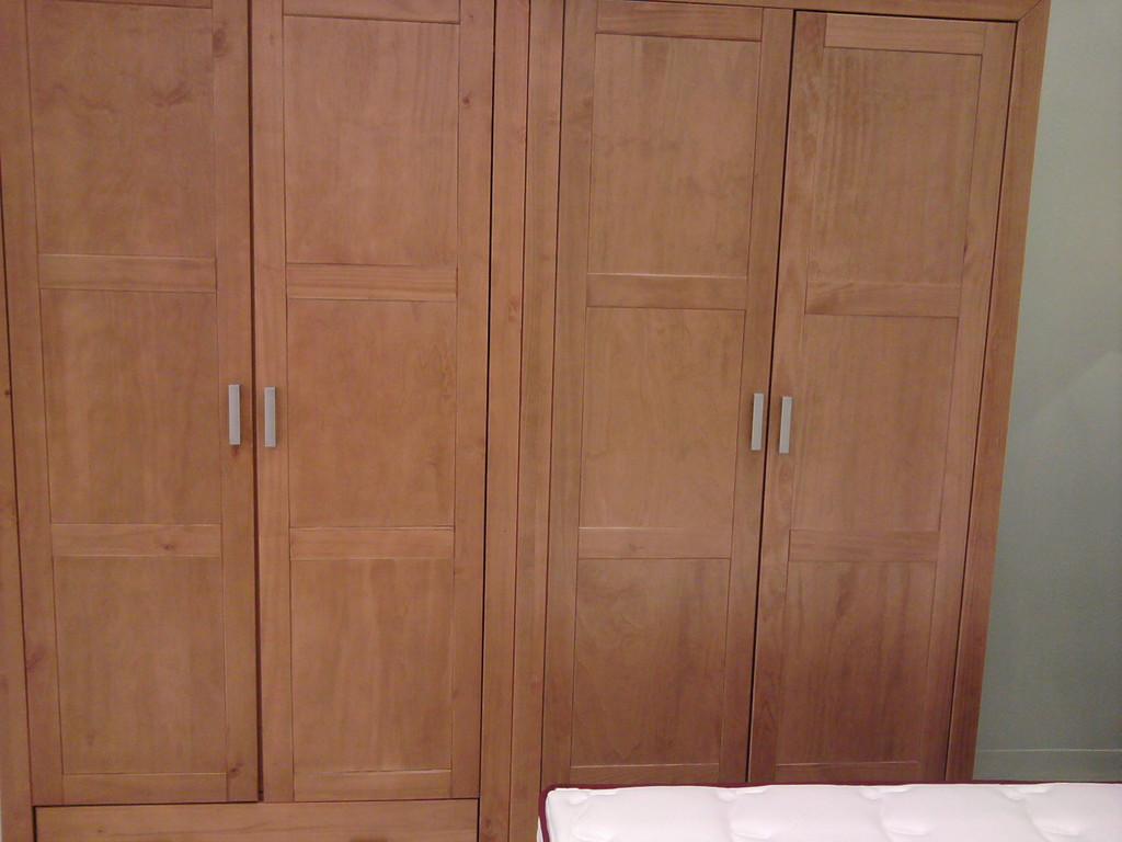 Armario de pino , cuatro puertas para dormitorio de  matrimonio .